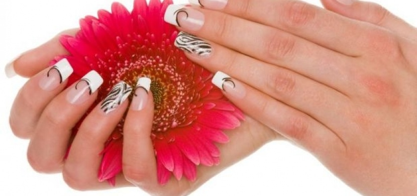 Jiná barva laku na prsteníčku: Nový trend?