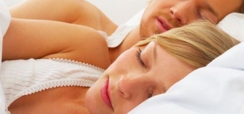 Co vše prozradí poloha během spánku o vašem vztahu s milovaným partnerem?