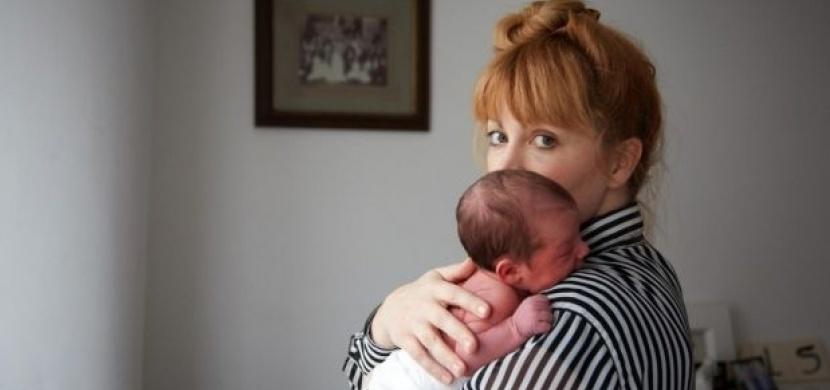 Dojemné fotografie jednodenních miminek a jejich maminek