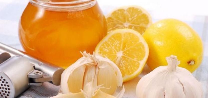 Koktejl zdraví v podobě syrového česneku a medu