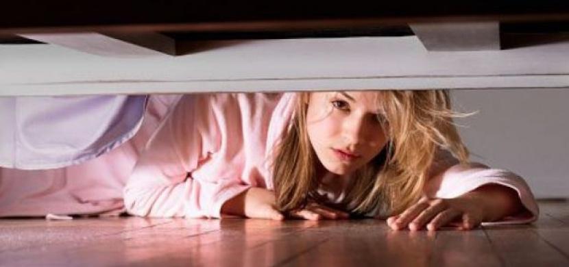 Schovala se pod postel, aby zjistila, jestli ji přítel podvádí. O malou chvíli později to přišlo...