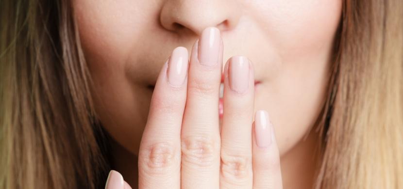 Co způsobuje zápach z úst a jak se ho zbavit?