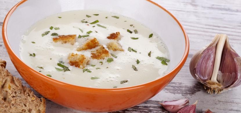 Recepty od maminky: smetanová česnečka se sýrem