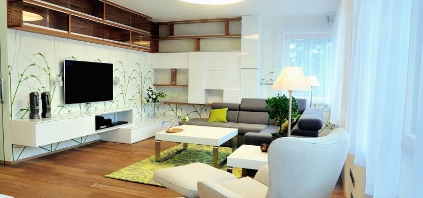 Malé stolky a vzdušné obývací stěny: Inspirace, která osvěží váš byt