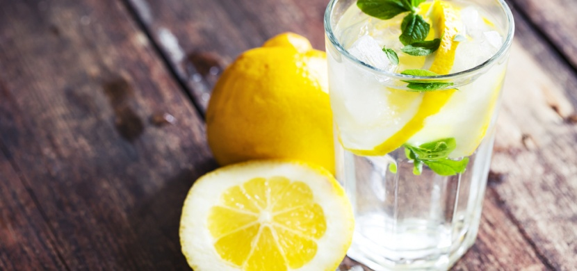 Znáte všechny výhody vody s citrónem? Je to jednoduchý a nesmírně výživný nápoj
