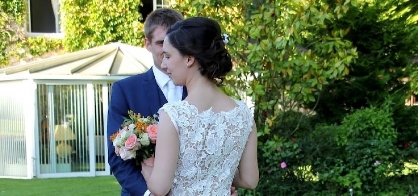 Její svatební šaty měly stát 3000 dolarů. Rozhodla se ušít si své vlastní