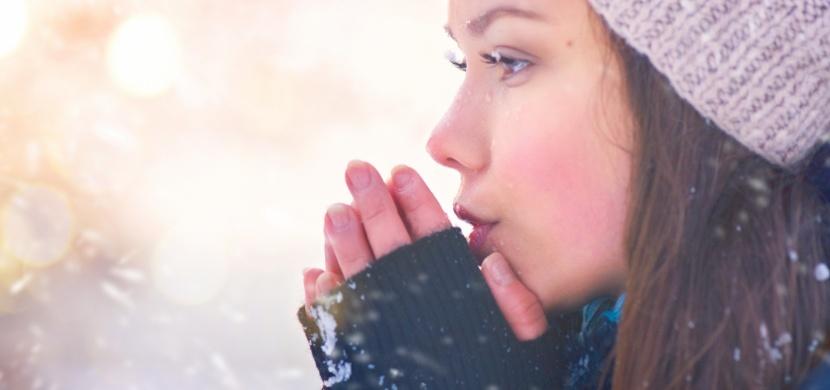 Lidé, kteří mají neustále chladné ruce a nohy, můžou trpět vzácnou chorobou