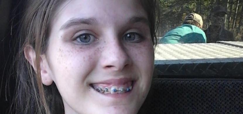 Mladá dívka si pořídila selfie. V pozadí ale nevědomky zachytila něco děsivého