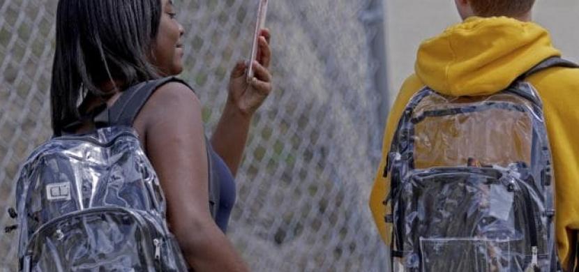 Nové bezpečnostní opatření na střední škole na Floridě. Studentům se ale nezamlouvá