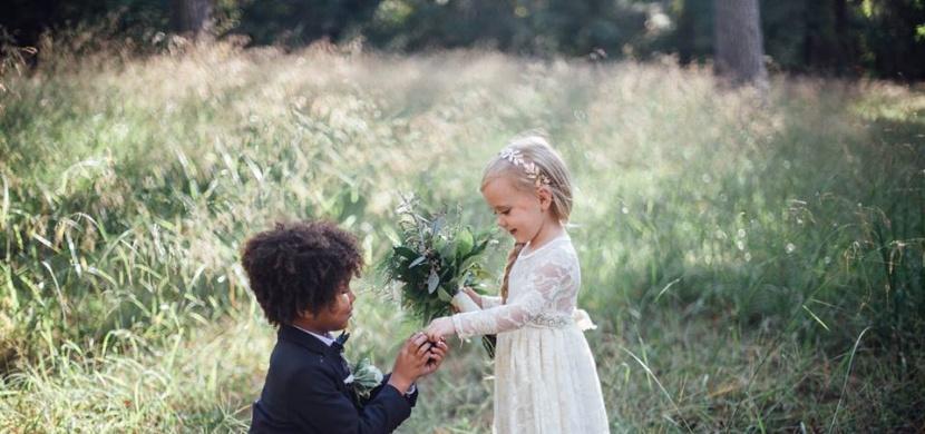 Fotografky zincenovaly svatbu svých malých dětí. Co říkáte na výsledek?