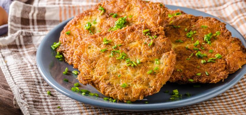 Tradiční český bramborák plněný uzeným masem. Je skutečně výtečný!