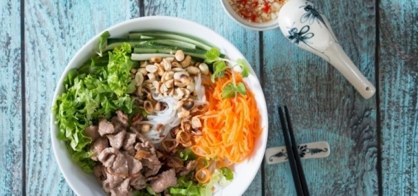 Tradiční vietnamský pokrm Bún bò Nam Bộ. Připravte si jej z pohodlí domova