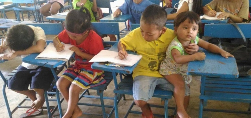 Musel vzít svého bratra s sebou do školy. To, jak to vysvětlil své učitelce, ohromilo internet