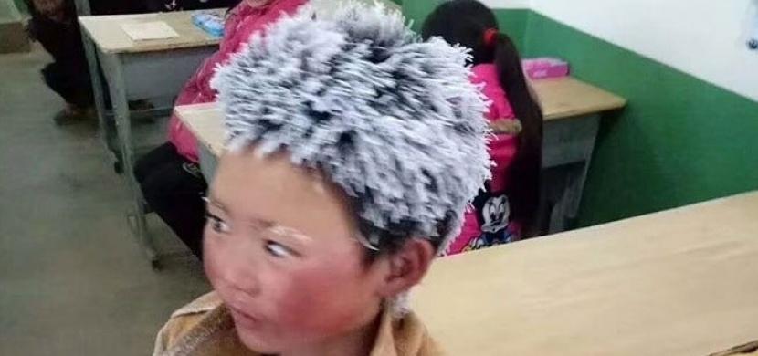 """Na internetu mu přezdívají """"Ledový kluk"""". Příběh chlapce, který každý den chodí do školy 5 kilometrů"""