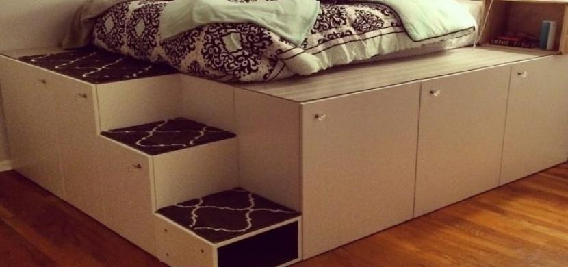 Postavte originální postel pro vaše děti. Bude vám stačit jen sedm kuchyňských skříněk