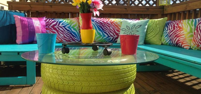 Letní terasa snů: Dejte starým pneumatikám novou šanci a vytvořte si stylový odkládací stolek