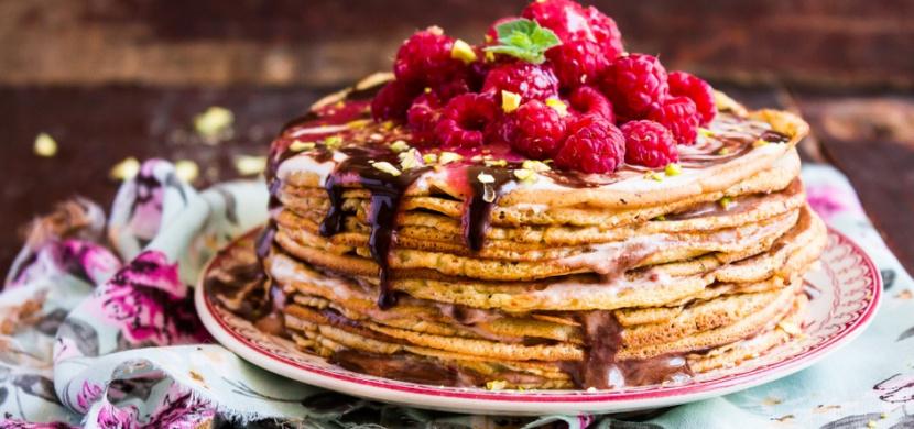 Palačinkový dort s ovocem, který stojí za hřích