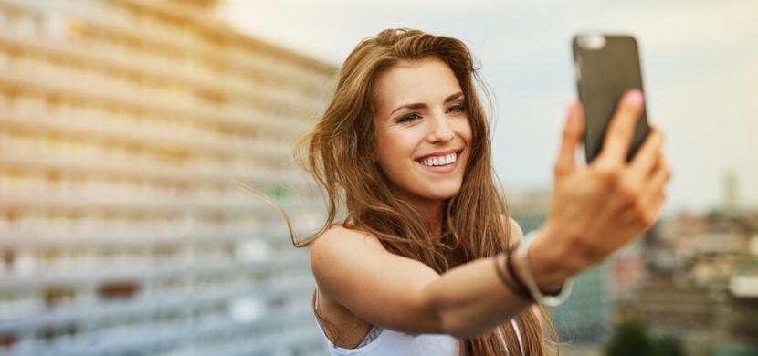 Ženy si nepořizují selfie fotografie kvůli mužům. Podle vědců je jejich smysl úplně jiný