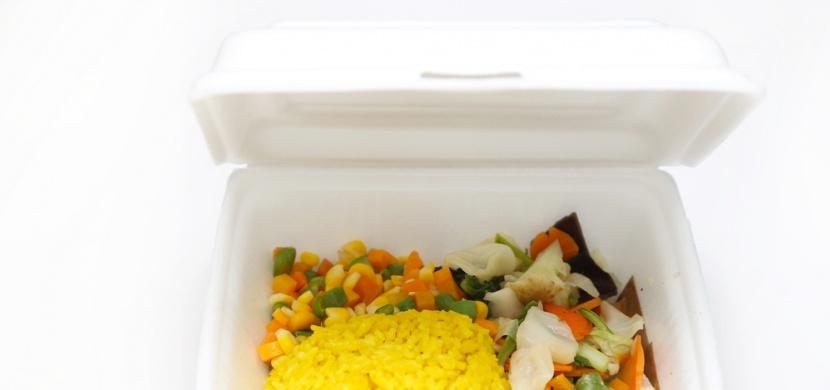 Berete si restaurační jídlo v plastových krabičkách domů? Po přečtení tohoto článku si to rozmyslíte