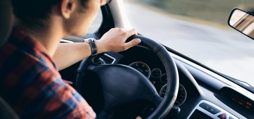 Víte, co je to mezinárodní řidičský průkaz a jestli jej můžete využít i u nás v ČR?