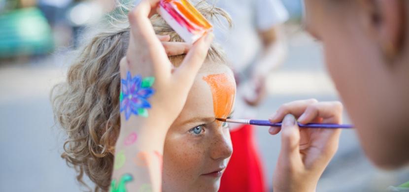 Dělení na modro-růžový svět: Chlapec chtěl na obličej namalovat motýla, matka mu to zakázala