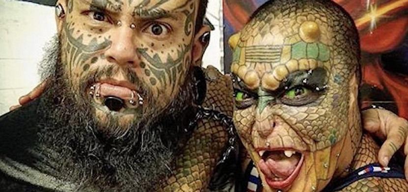 Žena se díky tetování a plastickým operacím mění v draka. Co na její proměnu říkáte?