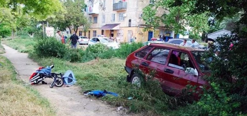 Opilý řidič srazil kočárek s dvojčátky. Nehoda má však šťastný konec...