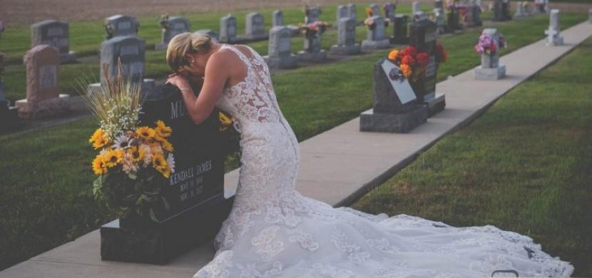 Ve svatebních šatech se vydala na hřbitov a nafotila dojemné fotografie, které se šíří internetem