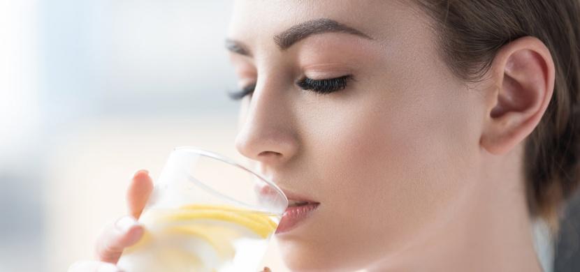 Trik na oddálení menstruace: Opravdu funguje pití vody s citronem?