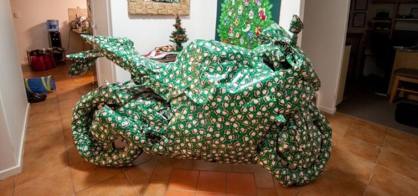 Přál si na Vánoce motorku. Co ale opravdu dostal, vás určitě rozesměje