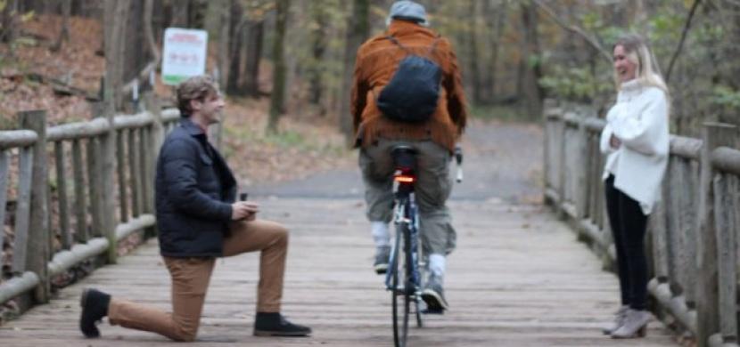 Plánovat se nevyplácí: Romantickou žádost o ruku během mžiku zkazil neznámý cyklista