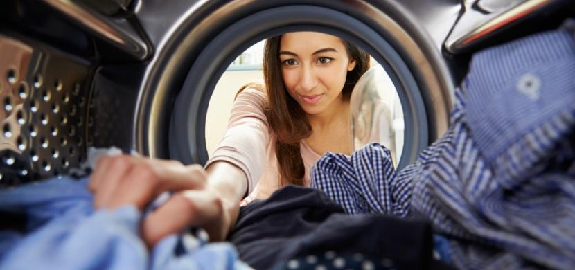Chyby při praní v pračce, kterými si ničíte oblečení: Které to jsou?