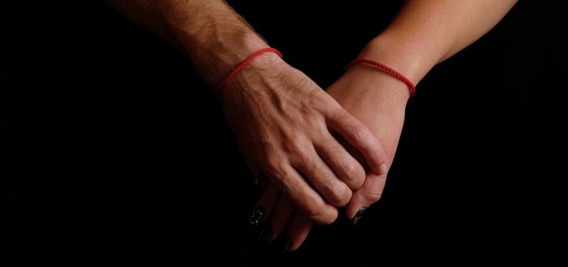 Proč někteří lidé nosí červenou šňůrku na levé ruce? Má to hlubší význam