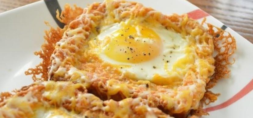 Zapomeňte na chleba ve vajíčku. Zapečený toastový chleba se sýrem a vejcem se stal hitem domácností