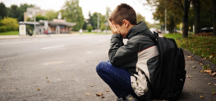 Vidíte na silnici sedět dítě? Okamžitě zamkněte dveře auta! Prozradíme vám proč