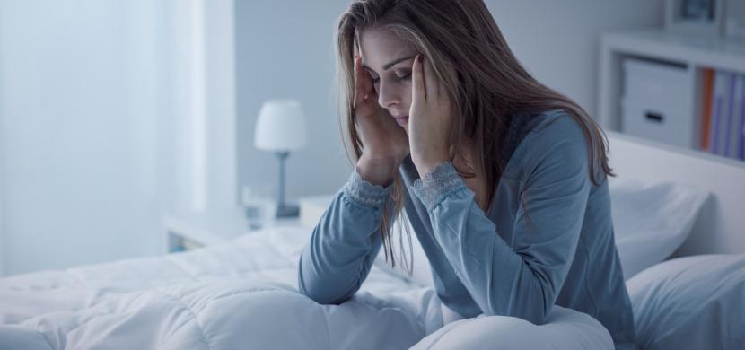 Co nedělat před spaním? Nepijte ani se nehádejte