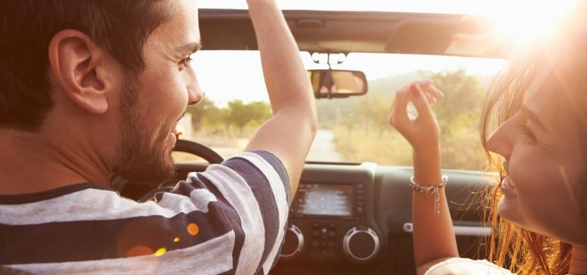 Zpíváte si v autě? Podle odborníků to má na naše tělo stejný vliv jako lekce jógy