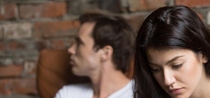 Jak poznáte, že vás partner podvádí? Pozorně sledujte řeč jeho těla