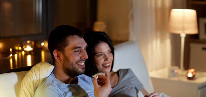 Jak posilnit vztah? Sledujte oblíbený seriál a jděte spát společně