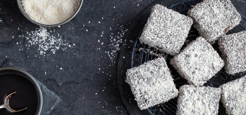 Kokosové řezy s čokoládovým pudinkem a polevou