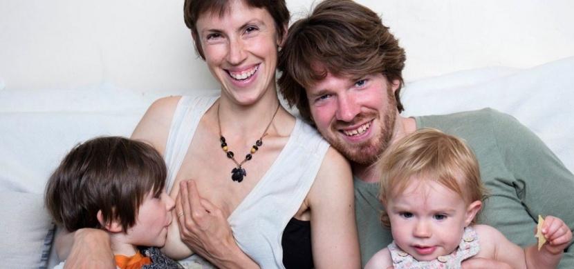 Matka, která se vymyká standardům rodičovství: Její syn má 5 let a stále jej kojí