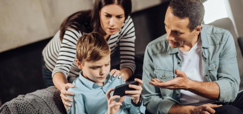 Největší hrozbou pro děti na internetu je rizikové seznámení