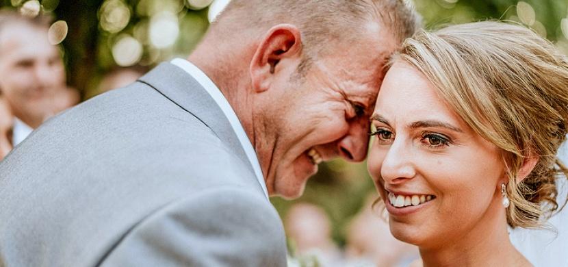 """Slepá nevěsta si """"prohlédla"""" své svatební fotky. Díky geniálnímu nápadu fotografa si splnila svůj sen"""