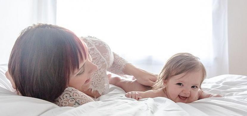Britskou maminku připravila rakovina o celé prso: I přesto své miminko hrdě kojí