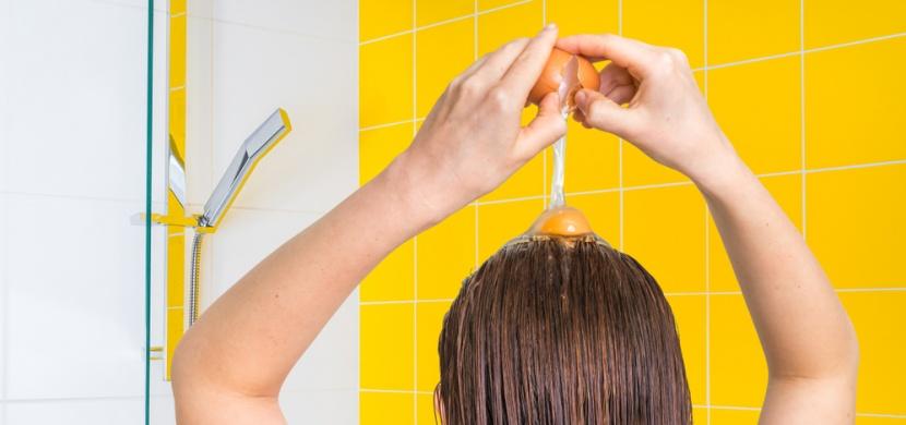 Máte v zimě suché vlasy? Dopřejte jim hydratační masky z domácích surovin