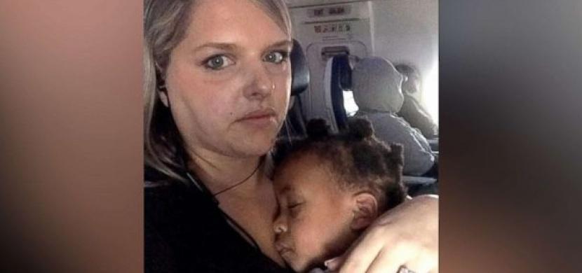 Létání s dětmi: Máma malé holčičky napsala otevřený dopis naštvanému spolucestujícímu