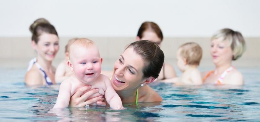 Instruktorka plavání vyzvala ženu, ať s dítětem opustí bazén: Za vše mohlo kojení