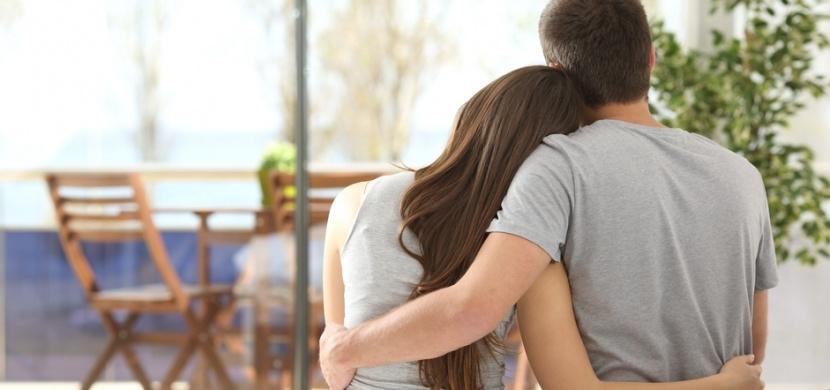 Tak vypadá pravá láska: Manžel celé dny vysedával u dveří, aby podpořil svou nemocnou ženu