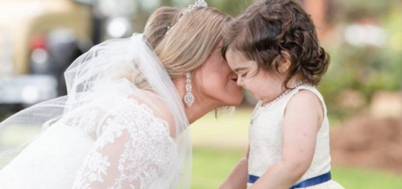 Poprvé se potkaly na svatbě: Žena darovala kostní dřeň malé holčičce a požádala ji, aby jí šla za družičku