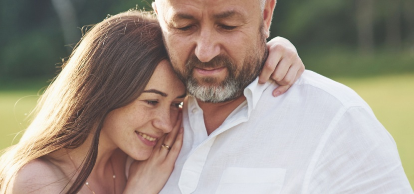 Proč si starší muži hledají mladé ženy? Vzhled prý není rozhodující